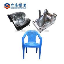 billige Plastikstühle und Tabellenform