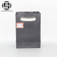 Negro troquelado manejar bolsas de papel de fiesta de embalaje