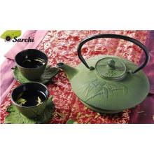 Ensemble de théière émaillée en fonte avec des tasses