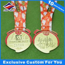 Médaille de singe Nouvel An en cours d'exécution Médaille de métal en or avec diamants