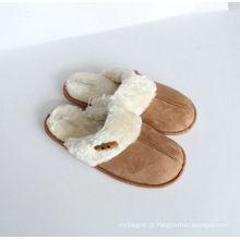 Conjunto de botões para um par de chinelos com a mulher