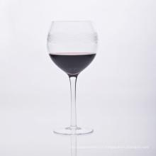 Verre à vin à tige soufflée avec impression de lignes d'onde