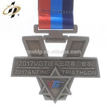 Prix usine sur mesure a soulevé des logos médailles de triathlon en métal avec ruban
