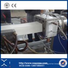 Extrusão do perfil do PVC para a matéria- prima plástica