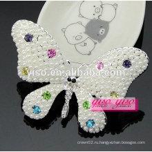 Красивый цветной бабочка животного кристалла и жемчужная брошь