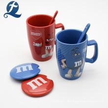 Kreative einzigartige Design M & M benutzerdefinierte Farbe gedruckt Keramik Kaffeetasse mit Deckel