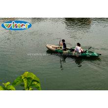 Сидеть на верхней пластиковой рыбалки большой семьи байдарках