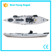 Kayak de pêche professionnelle s'asseoir sur le canot de mer haut avec le gouvernail