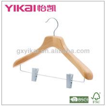 Cintre en bois naturel avec clips en métal