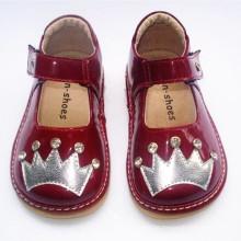 Sapato Squeaky da menina da criança pequena do couro de patente com Sliver Crown & Shining Stones