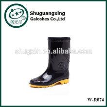 Sapatos da chuva de fundo plano monograma botas de chuva moda W-R074 do PVC homem
