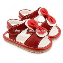 Sapatas de bebê bonitas sandálias das meninas com o arco caçoam sandálias lisas