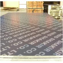 Le film imprimé fait face au contreplaqué avec le logo