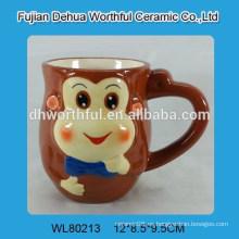Lindo y sonriente taza de agua de cerámica de forma de mono