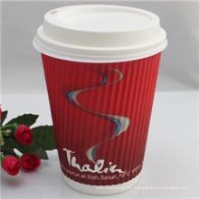 Projete copos de papel afastados do café descartável com tampa