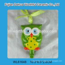 Lechuza linda en forma de cerámica sola pared gancho con corbata en color brillante