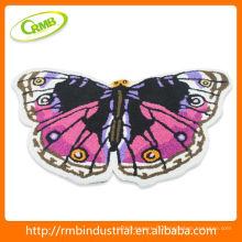 Tapis de bain de style papillon dans la salle de bain