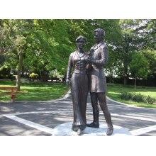 Bronze Love Couple Statue For Garden Decoration