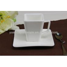 Taza de cerámica de forma cuadrada y platillo para café