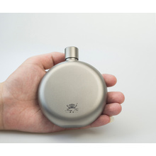Petaca plana redonda de titanio puro de 150 ml