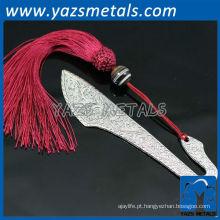 marcador de prata com fita vermelha