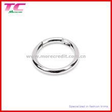 Bague en forme de rond en métal avec ressort