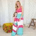 Лето семья взгляд девушка и мать дочь соответствующие наряды наборы платья красочный полосатый мама и мне одежду