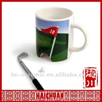 Bandeira e copo cerâmicos do golfe, golfe que pôr o copo, copo verde do golfe