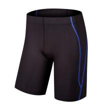 Elegantes pantalones cortos de fitness para hombres en gimnasio
