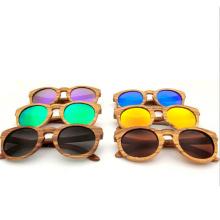 Les fabricants vendent des lunettes de soleil en bois