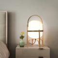 Klassische Tischlampe aus Holz