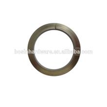Anillo dividido especial del metal del precio bajo al por mayor con la insignia