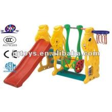 Jardim de infância ao ar livre crianças pequenas slide brinquedos