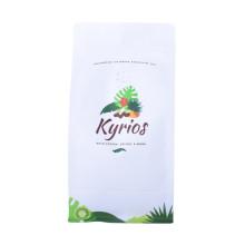Tenez les sacs d'emballage de poudre de thé vert de poche