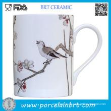 Japanischer roter Mauple, der keramischen Tee-Becher malt