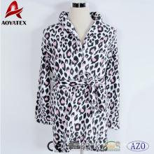 Kurzer Bademantel aus Fleece mit Leopardenmuster