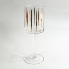 Copa de vino tinto con calcomanía dorada