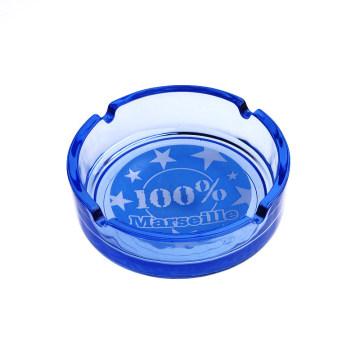 Blauer Glasaschenbecher mit Fußball gemustert
