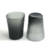 Copo de vidro em relevo com cinza esfumaçado