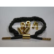 A mão a mais nova feita o bracelete do encanto da decoração com o anel do metal do aglet e do metal