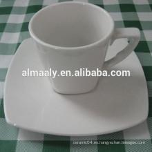 taza y platillo de café de porcelana blanca barata después de la cena