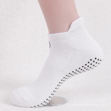 Белого цвета с противоскользящими точками батут носки