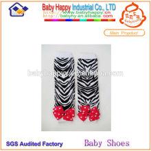 Calcetines hermosos de la pierna del bebé de la rayita ebra-raya
