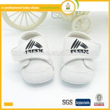 El bebé blanco suave de la tela de algodón suave embroma los zapatos de los deportes