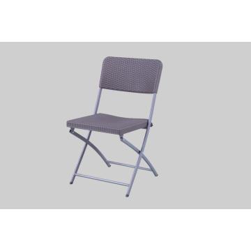 Chaise en rotin en plastique avec pieds en métal