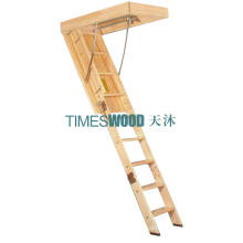 Elegantes Holzklapp-Loft-Leiter (nicht isoliertes Modell)