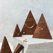 Soporte de exhibición de la joyería de madera maciza del triángulo de la pirámide