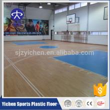 Sporthalle, die tragbaren Basketballplatz-Sportbodenbelag ausbreitet