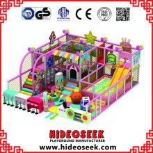 Ce parc de jeux intérieur heureux pour enfants