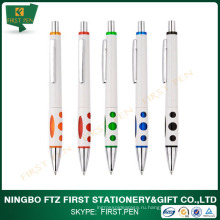 Белая рекламная пластиковая шариковая ручка с логотипом